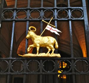 lamb & flag on gate of middle temple